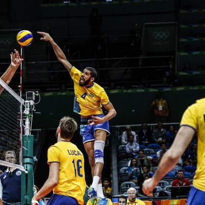 Seleções de vôlei masculino de Brasil e EUA em partida válida pela primeira fase do torneio