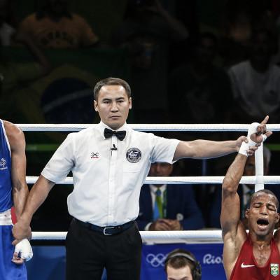 Brasileiro Robson Conceição comemora medalha de ouro no boxe após vencer o francês Sofiane Oumiha